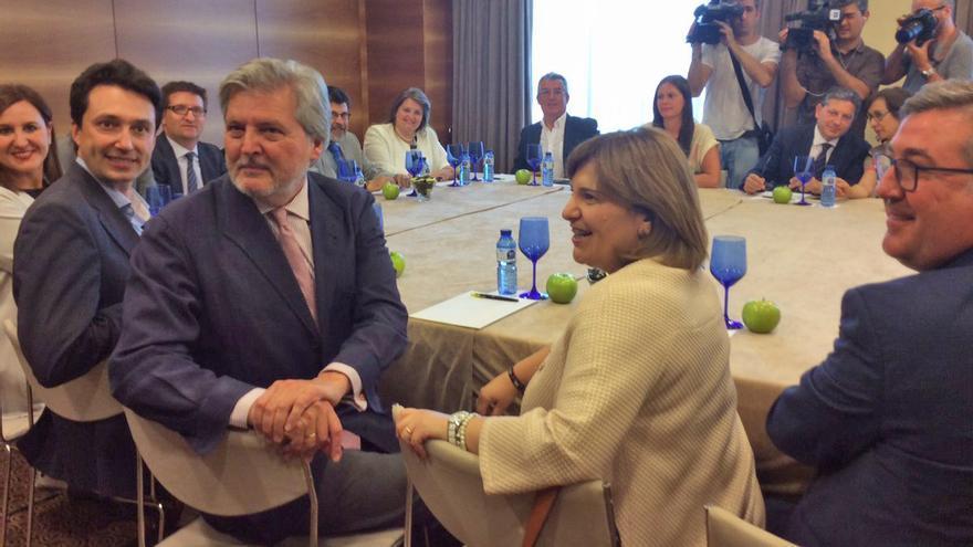 El ministro de Educación en funciones, Iñigo Méndez de Vigo, junto a la líder del PPCV, Isabel Bonig, reunidos con representantes de la concertada