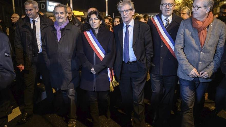 Rosas blancas en Saint Denis homenajean a las víctimas de los atentados