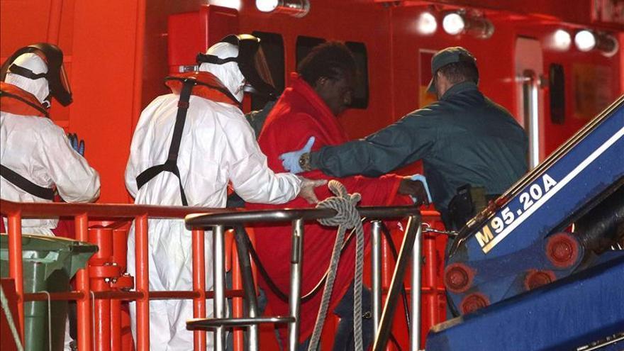 Rescatan a dos inmigrantes tras caer al mar desde la cuerda de amarre de un buque
