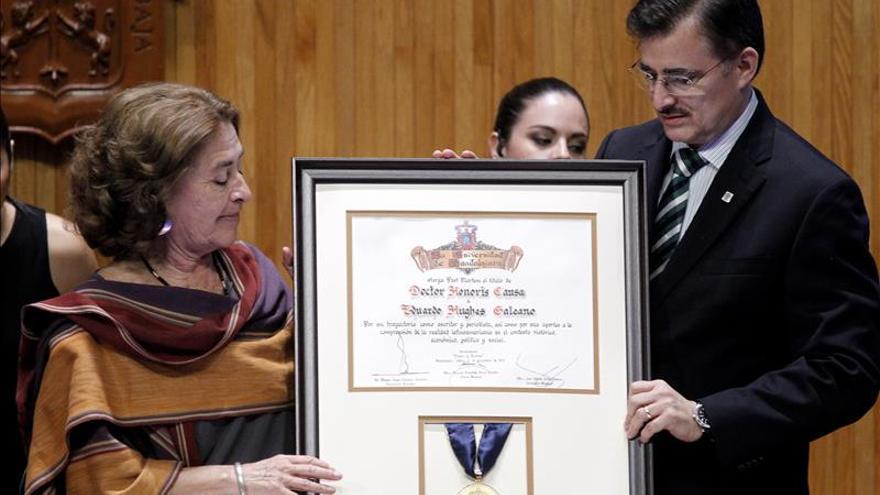 Viuda de Galeano dedica el honoris causa al escritor a los 43 estudiantes