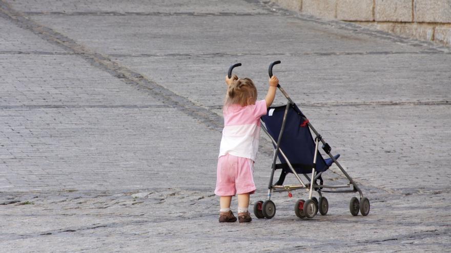 Las mujeres vascas que trabajan fuera de casa destinan 4,5 horas diarias al cuidado de sus hijos y los hombres 2,9