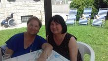 Josefa en la actualidad, a la izquierda de la imagen, vestida de azul