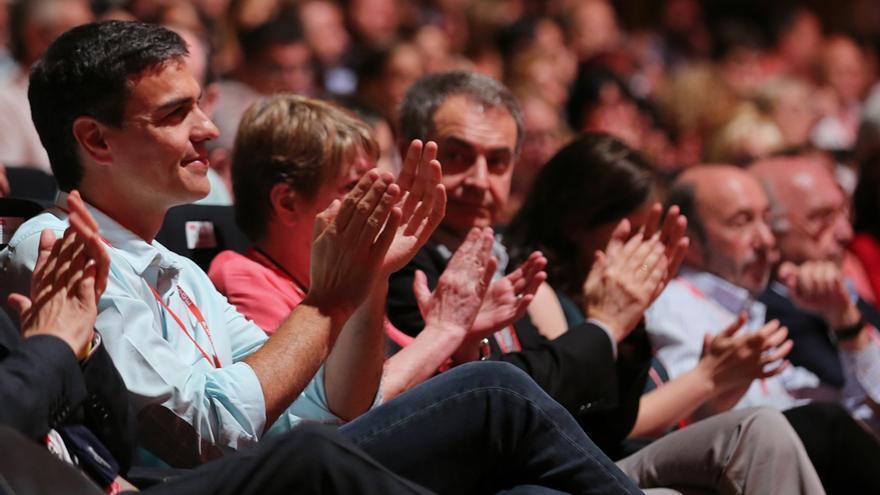 Pedro Sánchez aplaude desde su asiento en el congreso del PSOE