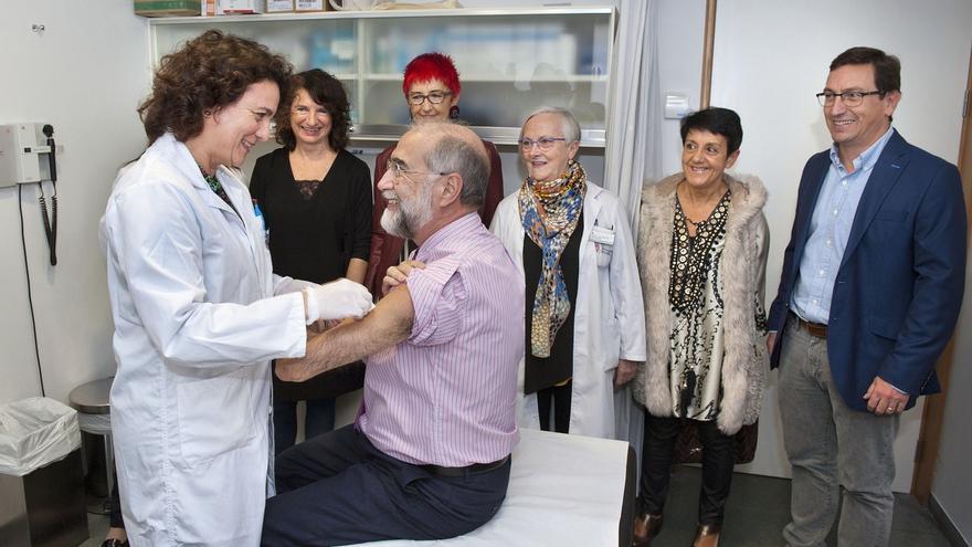 Domínguez se suma a las más de 85.000 personas que ya se han vacunado frente a la gripe en Navarra