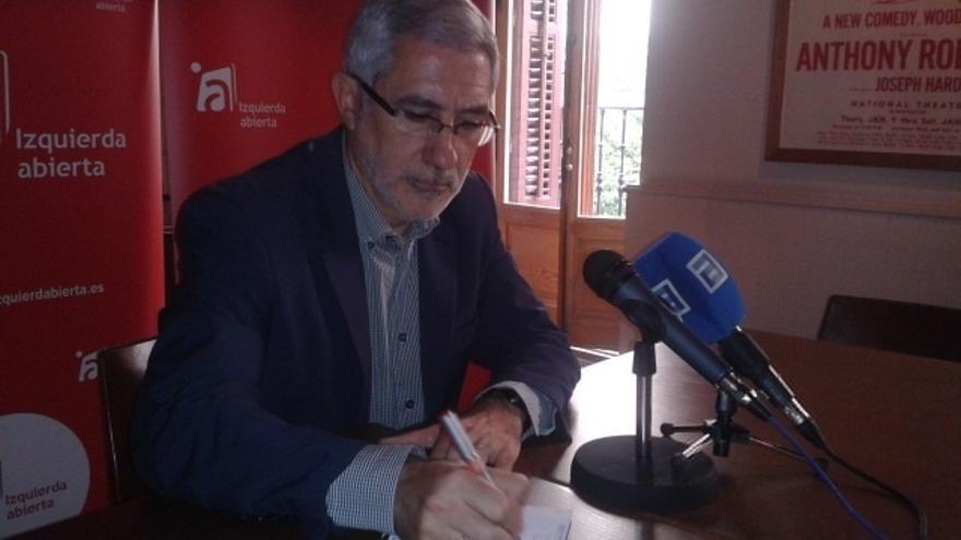 """Llamazares censura el """"teatro"""" de Montoro por hacer de """"fiscal"""" en el 'caso Pujol' y ejercer como """"abogado"""" de Bárcenas"""