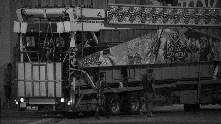Un niño subido a uno de los camiones de la feria de Melilla/ Fotografía: Jesús Blasco de Avellaneda