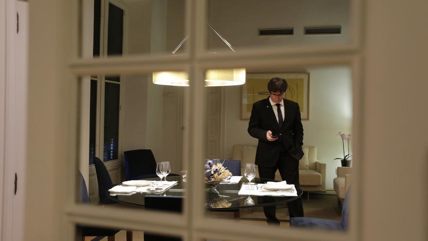 El president consulta su móvil en un comedor de trabajo en el Palau de la Generalitat