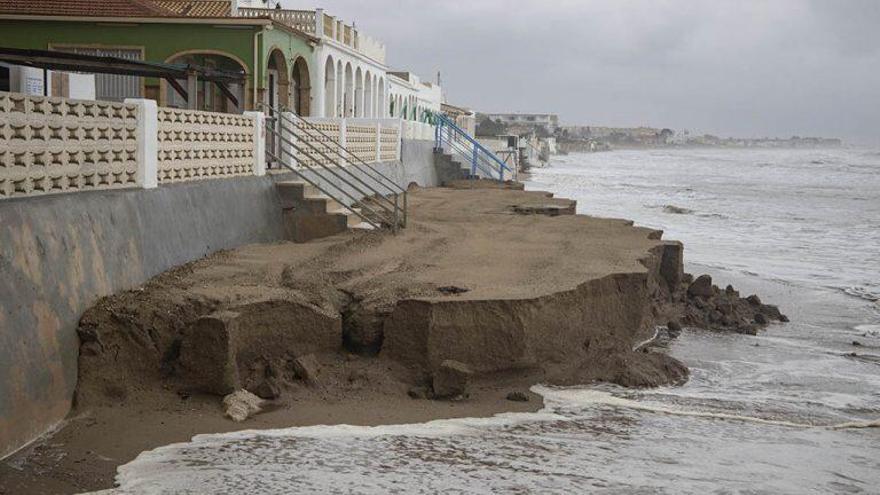 Apenas una parte de la arena, acumulada frente a algunas casas, permanece en la playa de Santa Anna