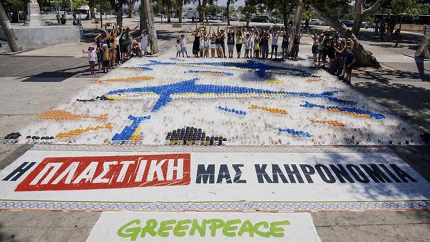 El barco de Greenpeace contra el plástico en los mares llega a Creta