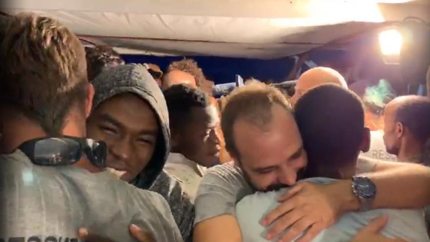 Los rescatados reciben la noticia de su inminente desembarco.