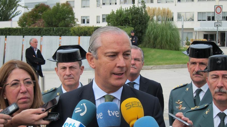 El PSOE pregunta a Zoido si Fernández de Mesa puede ser sancionado por posar en un cuadro con atributos militares
