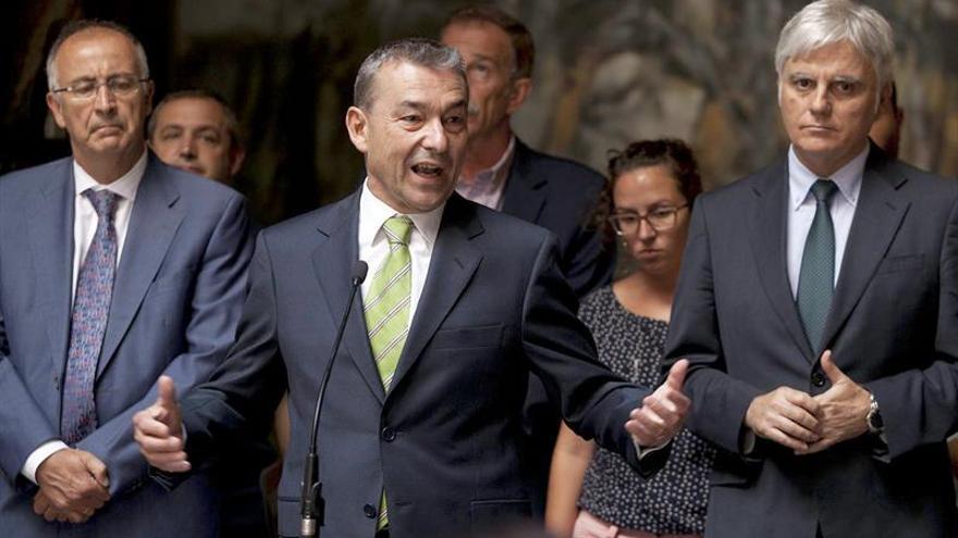El presidente del Gobierno de Canarias, Paulino Rivero, acompañado por miembros de su Ejecutivo, representantes de partidos políticos, instituciones y colectivos ciudadanos. EFE