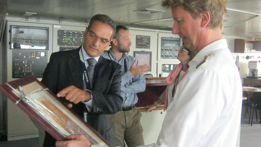 Fernando Méndez junto al capitán del buque