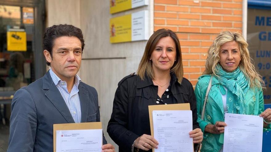 La portavoz del PP, María José Catalá (centro), muestra la denuncia junto a los ediles Carlos Mundina y Marta Torrado