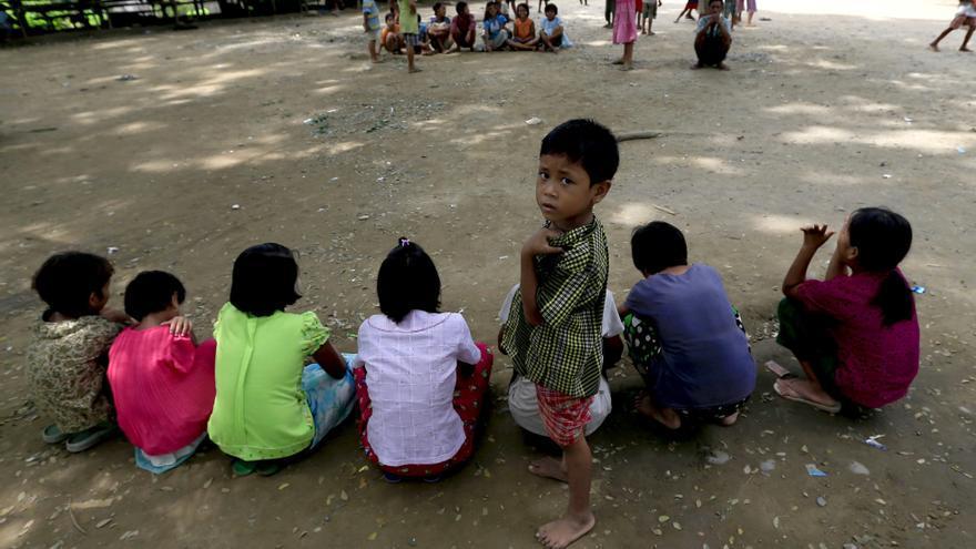 Niños que huyeron de zonas inundadas se reúnen para jugar en un campo de refugiados temporal en Birmania, en 2015.