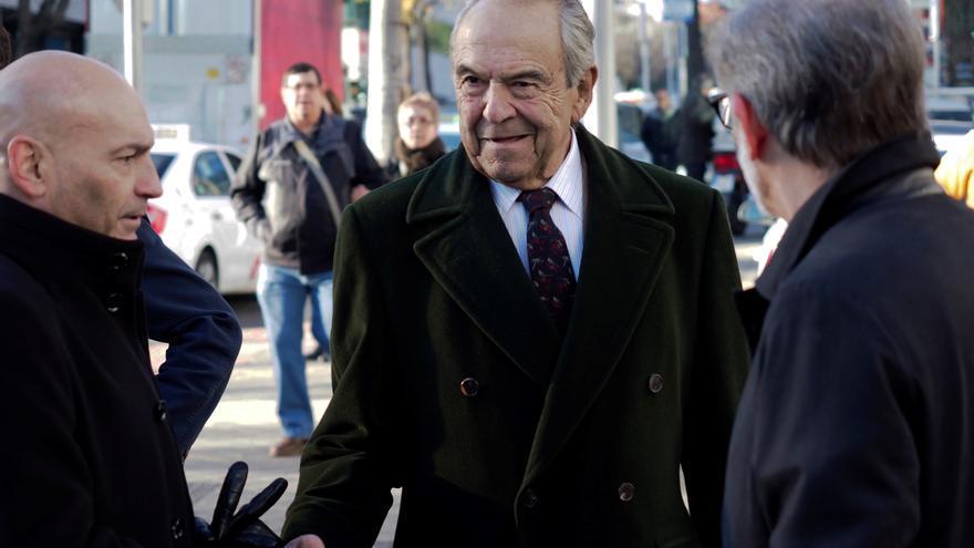 El expresidente de Bankinter Jaime Botín saluda a su abogado, Javier Gómez Bermúdez, a su llegada al Juzgado de lo Penal número 27 de Madrid