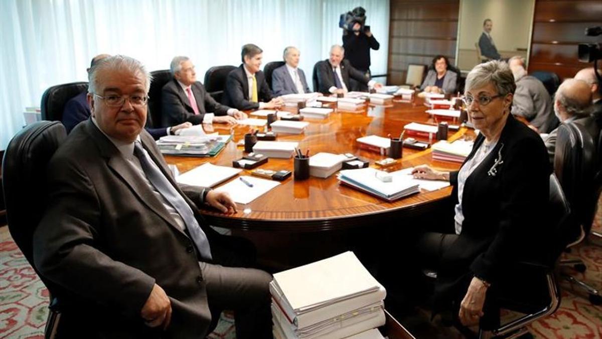 Reunión del Tribunal Constitucional. En primer plano, Juan José González Rivas y Encarnación Roca.