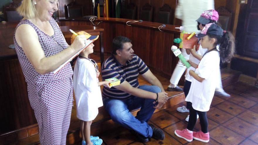 Los pequeños reporteros entrevistan al concejal Andrés Carmona.