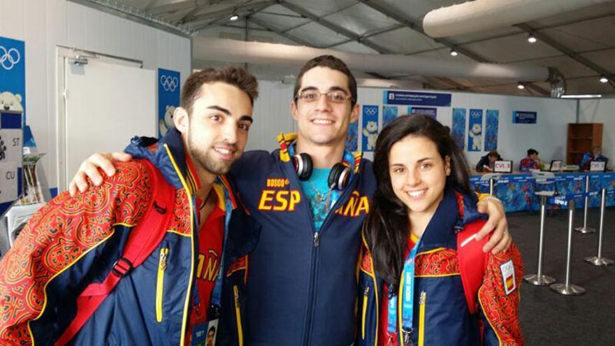 Los patinadores Javier Fernández (en el centro), Sara Hurtado y Adrián Díaz