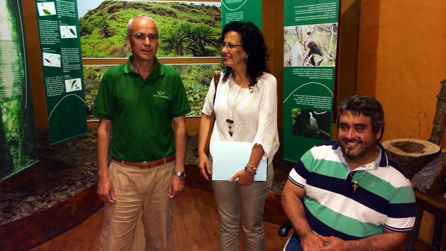En la imagen, la consejera insular de Medio Ambiente con los representantes de Adfilpa.