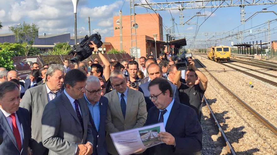 El ministro en funciones Rafael Català durante su visita a las obras del tercer hilo en Puçol