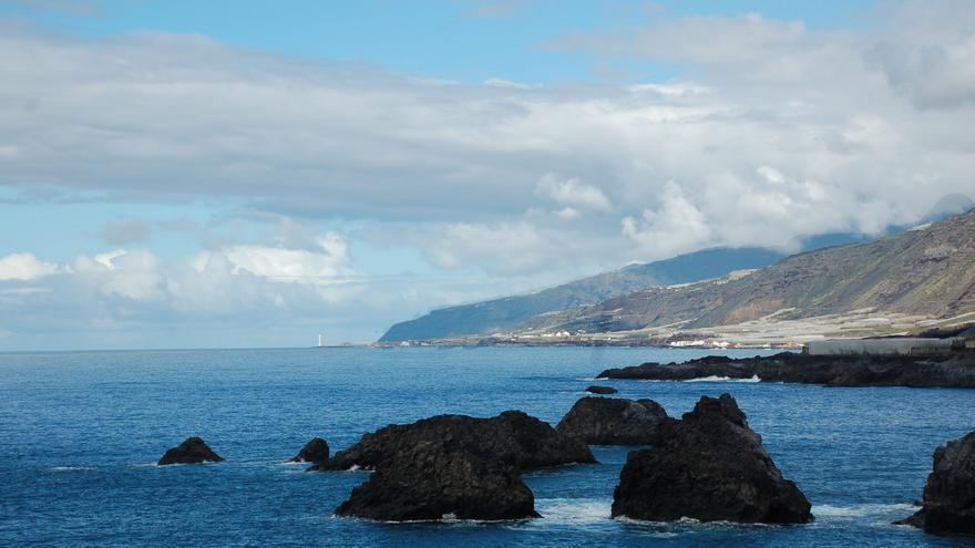 Imagen de archivo nubes y claros en la costa oeste  de La Palma.