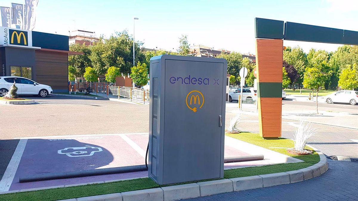 Uno de los puntos de recarga ubicado en el McDonalds de la avenida de Libia.