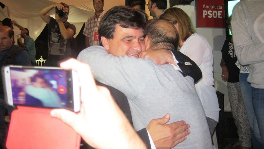 El socialista Gabriel Cruz será investido alcalde de Huelva tras 20 años de gobierno del PP / EP