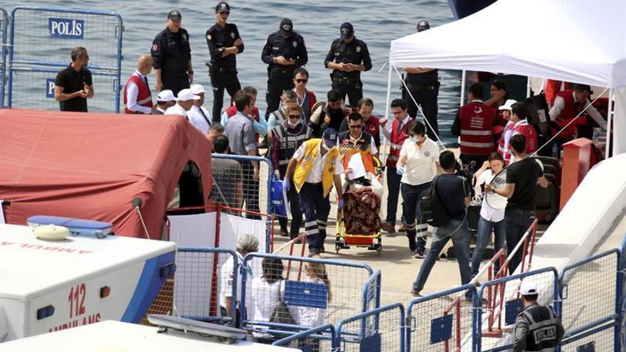 Guardacostas griegos rescatan a 57 inmigrantes en una embarcación en Lesbos