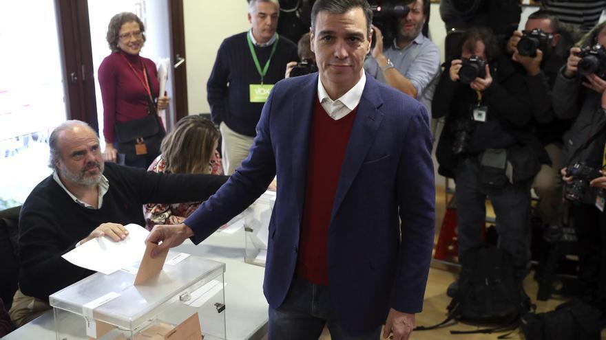 Pedro Sánchez vota en las elecciones de noviembre en un colegio de Pozuelo de Alarcón, Madrid.
