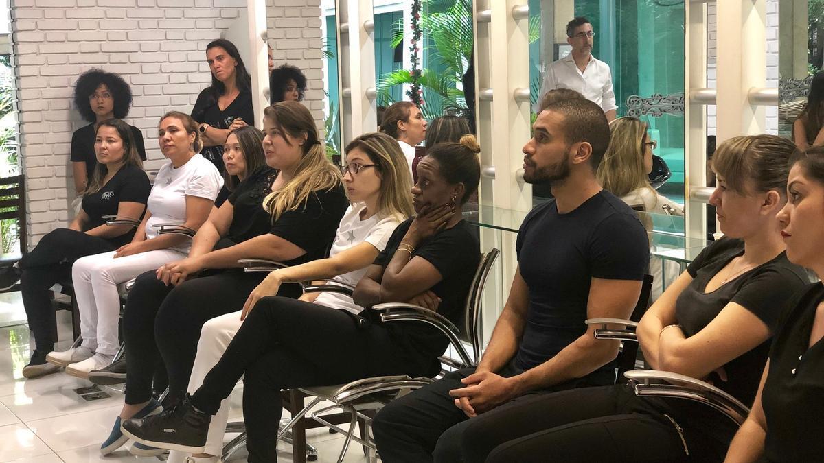 Esteticistas de Jacques Janine, un salón de belleza de alta gama en São Paulo, recibiendo formación para detener la violencia de género como parte del proyecto Mãos Empenhadas Contra a Violência en 2019.