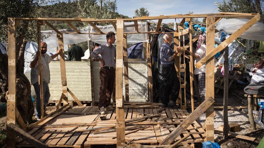 Un grupo de hombres afganos construye una casa en la zona que se conoce como la jungla de Moria