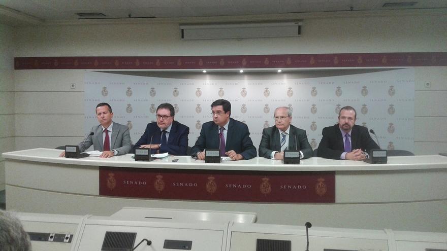"""La oposición se pone en pie al inicio del Pleno del Senado contra el """"atropello"""" de Rajoy a la Cámara Alta"""