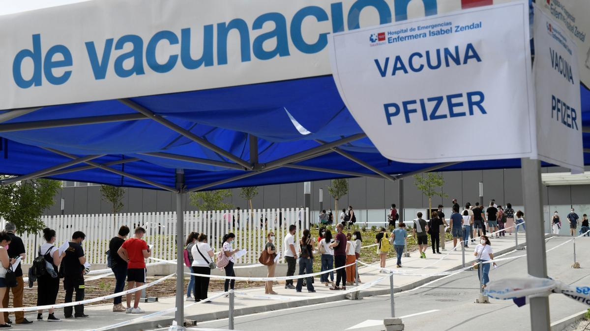 Colas a las puertas del Hospital Isabel Zendal de Madrid para la vacunación
