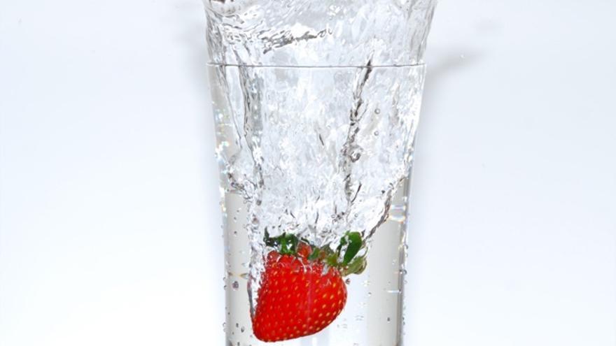 Agua de caño vs agua embotellada saludable