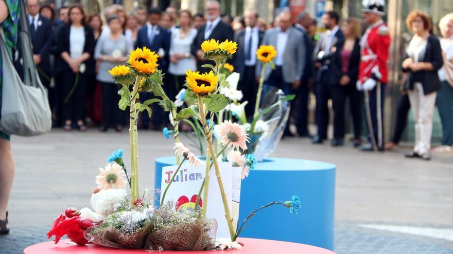 Flores en el homenaje a las víctimas del 17-A en Barcelona