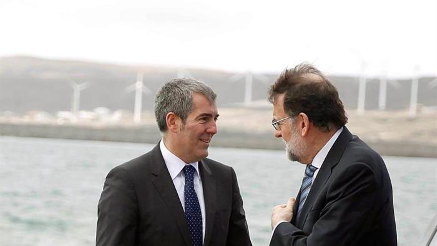 El presidente del Gobierno, Mariano Rajoy (d ) y el presidente del Gobierno de Canarias, Fernando Clavijo,i., poco antes de inaugurar el puerto de Granadilla en la isla de Tenerife.