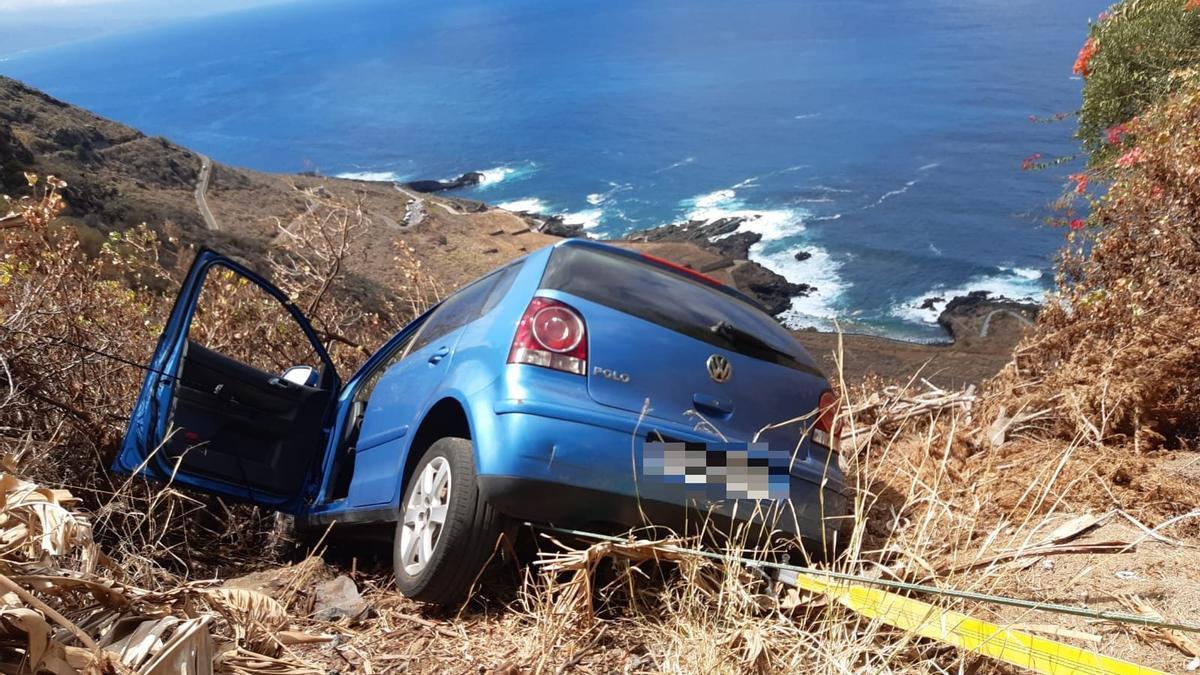El vehículo quedó detenido al pie de un precipicio en El Sauzal