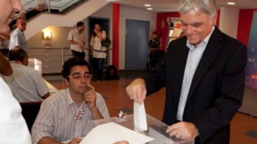 José Miguel Pérez deposita su voto. (ACN PRESS)