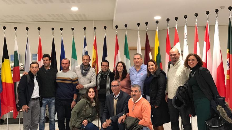 El alcalde de Valsequillo, Francisco Atta, junto a los los concejales Eduardo Déniz y Víctor Navarroecinos y vecinos del municipio, además del alcalde de Santa Brígida, José Armengol Martín, en el Parlamento Europeo.