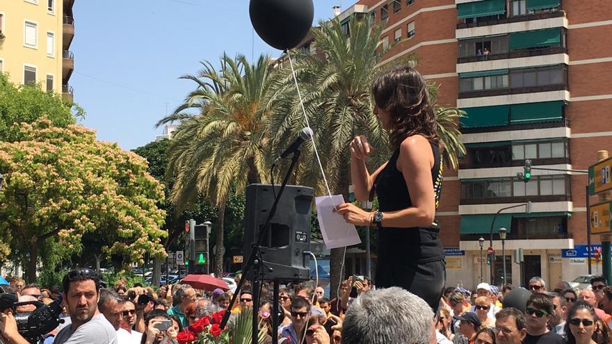 Beatriz Garrote se dirige a los asistentes al acto del décimo aniversario del accidente del metro.en Valencia.