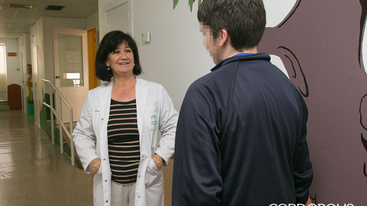 Un joven con Asperger, en el hospital de Los Morales atendido por una profesional