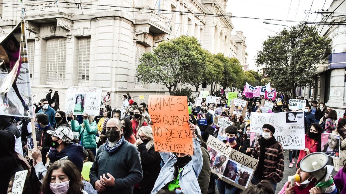 A un mes de la desaparición de Guadalupe Belén Lucero, sus familiares realizaron hoy una multitudinaria marcha.