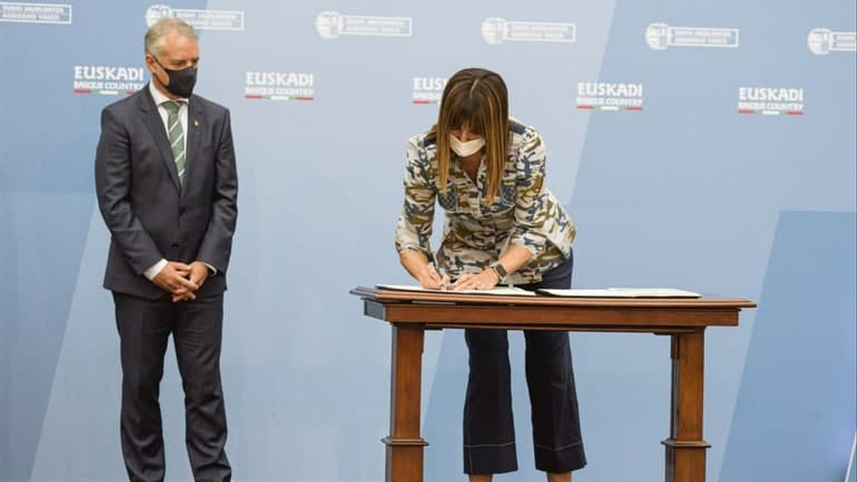 El lehendakari, Iñigo Urkullu, y la vicelelehendakari, Idoia Mendia, firmando los acuerdos del diálogo social