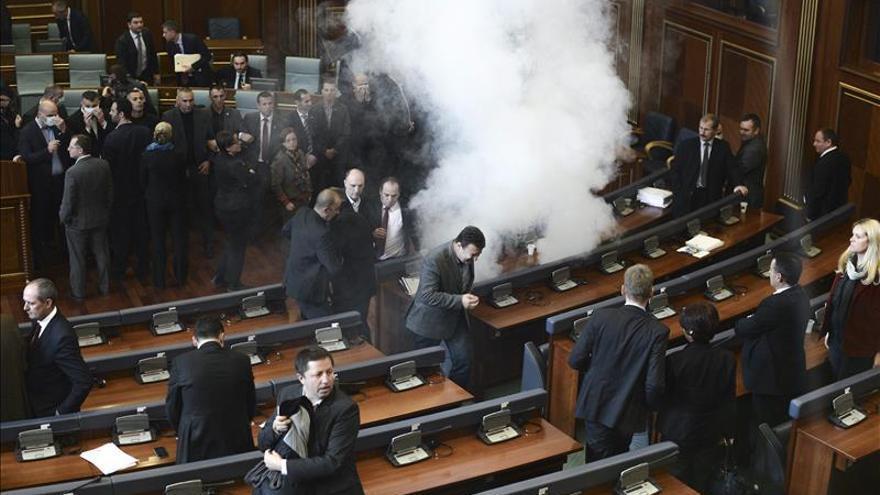La oposición nacionalista albanokosovar lanza gas lacrimógeno en el Parlamento