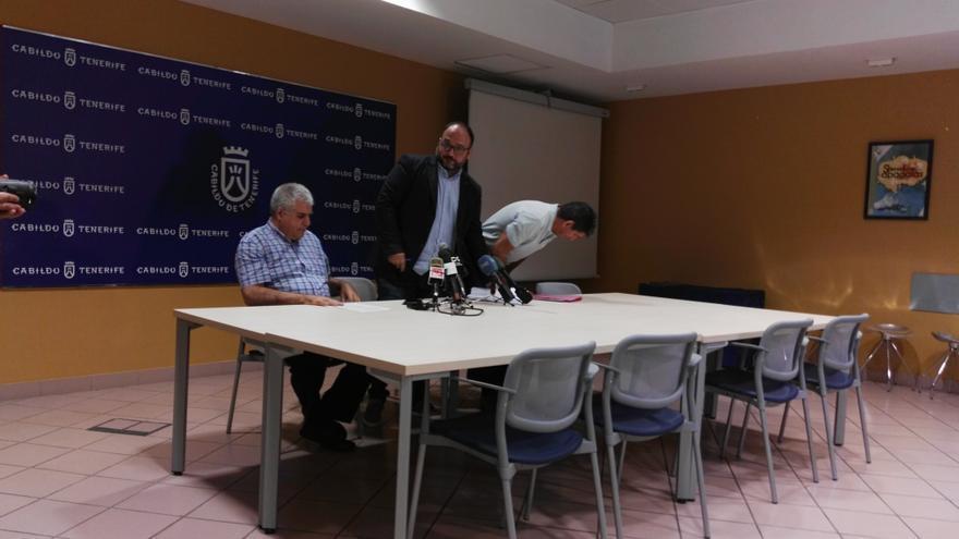 José Antonio Valbuena, de pie, este jueves en la sede insular de Medio Mabiente