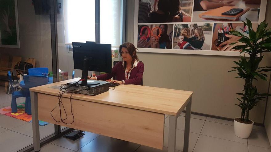 Sofía es una de las psicólogas que atenderá a las denunciantes en la nueva oficina de atención a las víctimas de violencia de género. A su derecha, el espacio infantil del centro.