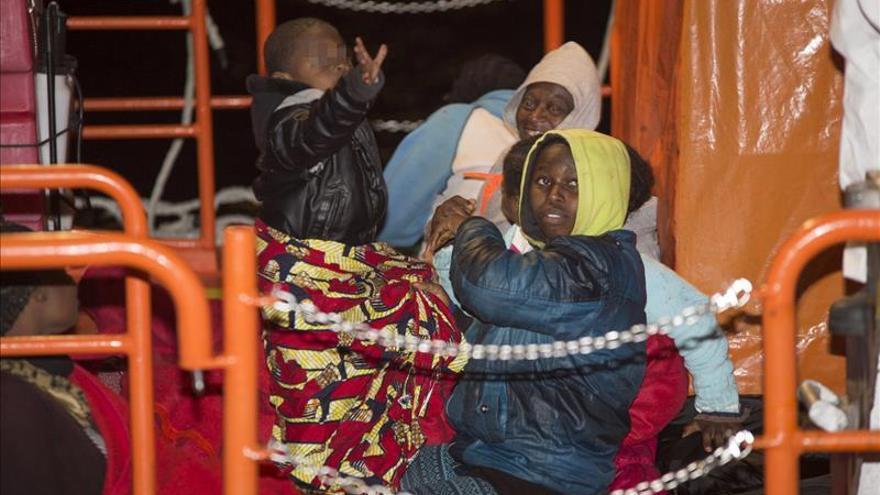 Trasladan al puerto de Motril (Granada) una patera con 19 inmigrantes, 3 menores