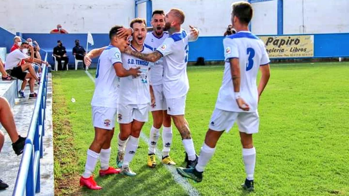 Los jugadores blancos, celebrando uno de los goles frente al Mensajero