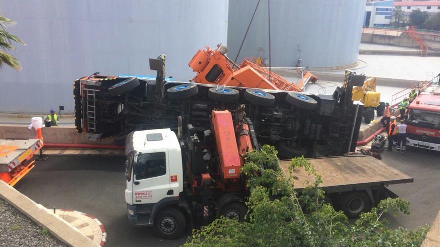 Un grúa vuelca en el Puerto de La Luz y de Las Palmas y deja atrapado a un operario.